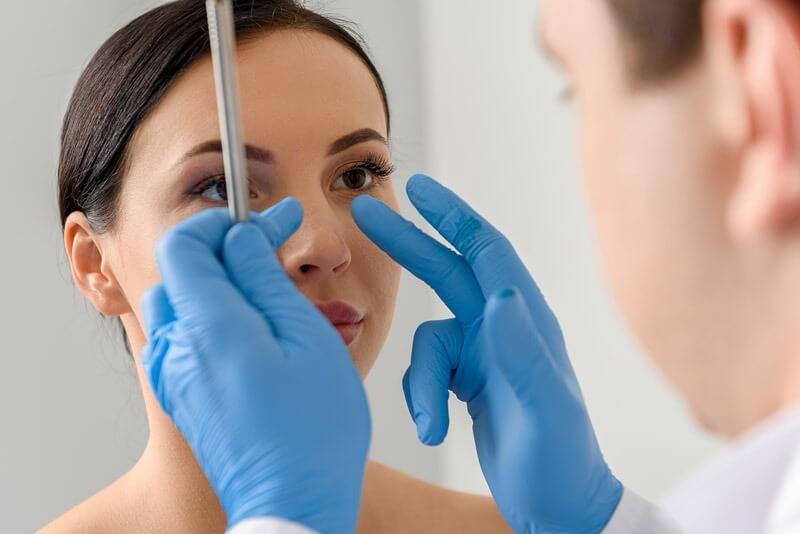 Pripremni pregled kod hirurga za operaciju nosa