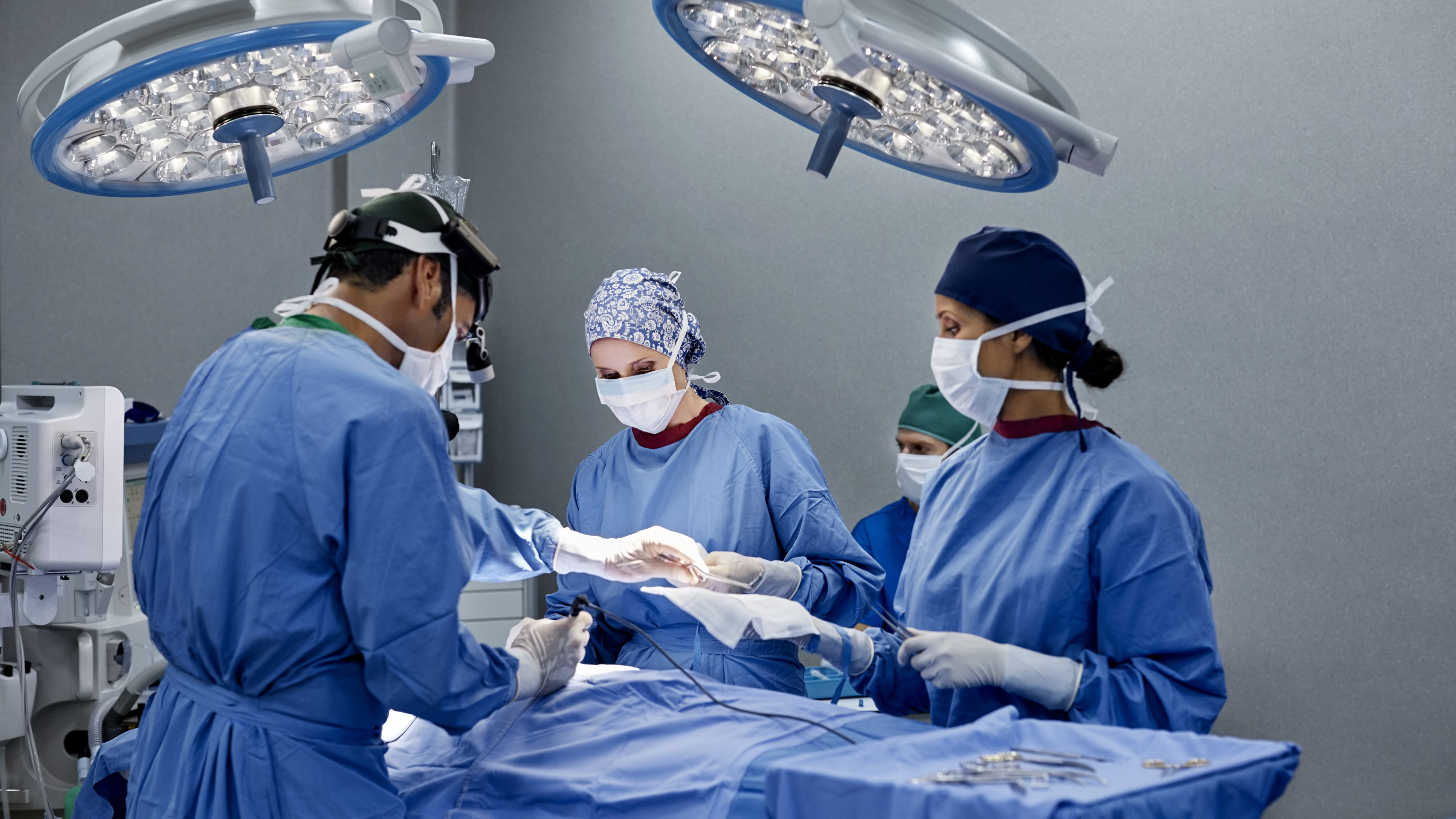 Hirurška procedura podizanja i povećanja grudi implantima